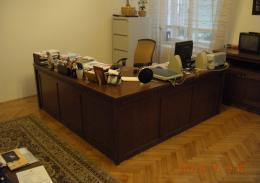 Tanszékvezetői szoba (saját tervezésű íróasztal)